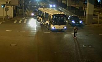 出洋相!一男子在崇明喝完酒回市区后,拦停公交推搡民警被行拘