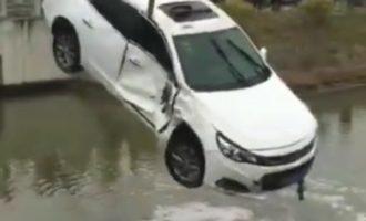 开车要注意!崇明两车相撞后白色轿车冲入河道幸无人员伤亡